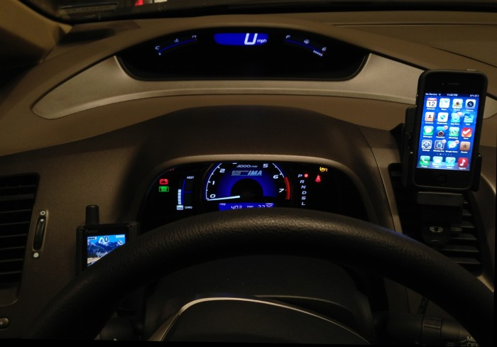 honda-civic-hybrid-2006-dashboard-with-iphone-4