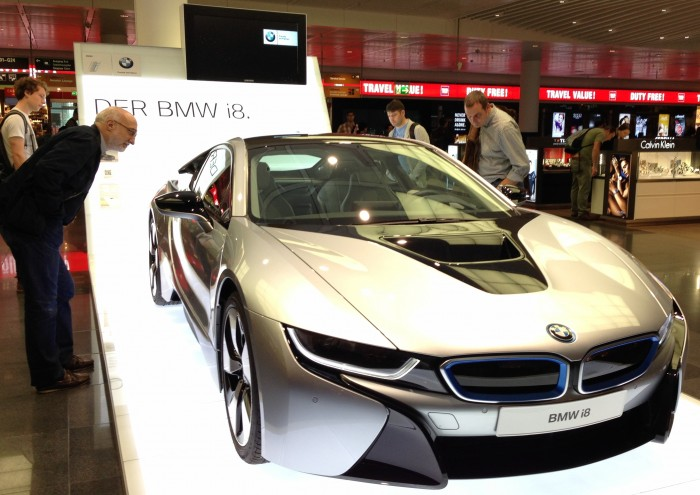 onlookers-at-BMW-i8