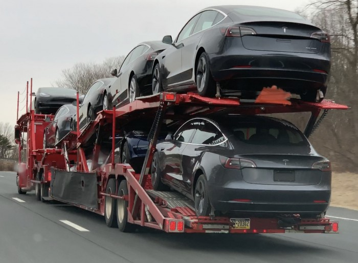 IMG_3079-truck-with-8-Tesla-model-3-in-Connecticut-on-I84